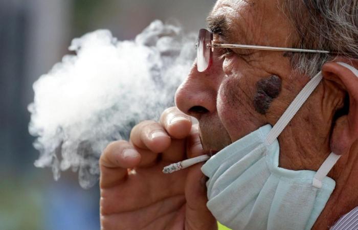 حقائق لا تعرفها عن علاقة التدخين بفيروس كورونا.. الصحة العالمية: التبغ يسبب مضاعفات خطيرة بالجهاز التنفسى للمرضى.. الشيشة تسهل انتقاله للرئتين.. والسجائر الإلكترونية ليست البديل الآمن للتبغ