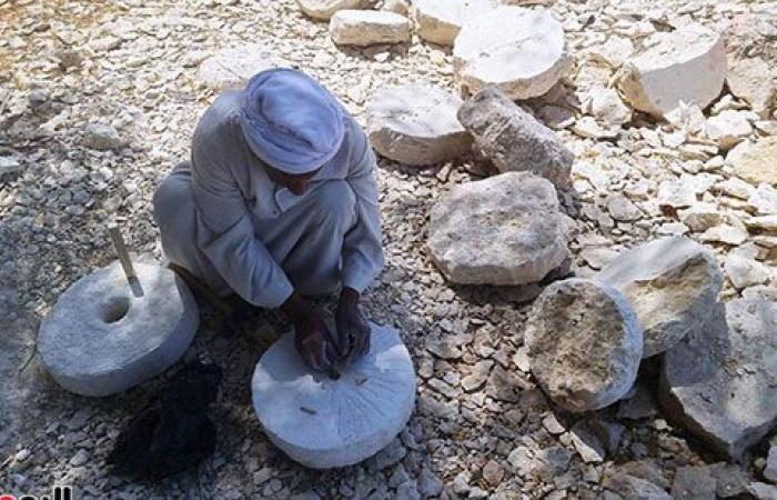 مطاحن الأجداد.. الرحايا آلة موروثة من مئات السنين لطحن الغلال تصنع من حجر الرخام.. الواحدة تستغرق من 2 إلى 4 ساعات وتباع بسعر من 100 إلى 200 جنيه.. وعم شعبان: بعض السيدات تستخدمها فى طحن التوابل.. صور